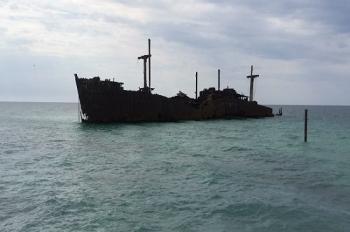 پایان ایستادگی کشتی یونانی در کیش پس از 52 سال + عکس