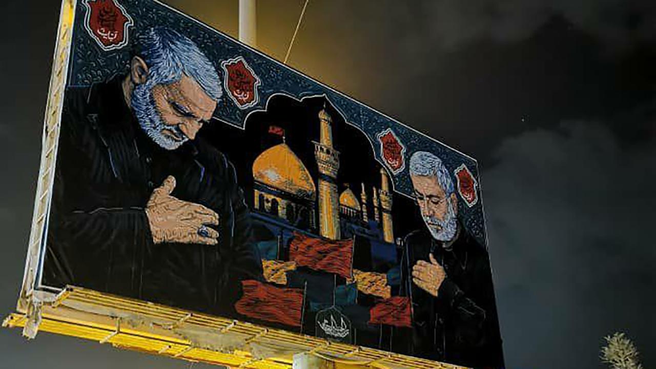 تصاویر بزرگ حاج قاسم سلیمانی و ابوالمهدی المهندس در مسیر کربلا