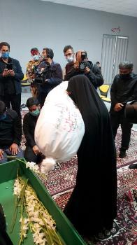 وداع جانسوز مادر شهید زکریا شیری با پیکر فرزندش+ تصویر