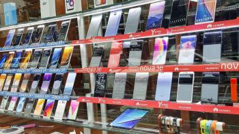 ریزش قیمت انواع گوشی تلفن همراه آغاز شد