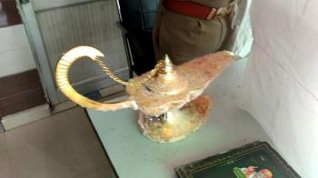 عکس  کلاهبرداری با اجنه؛ چراغ جادو و غولش به قیمت ۹۳ هزار دلار به یک پزشک فروخته شد