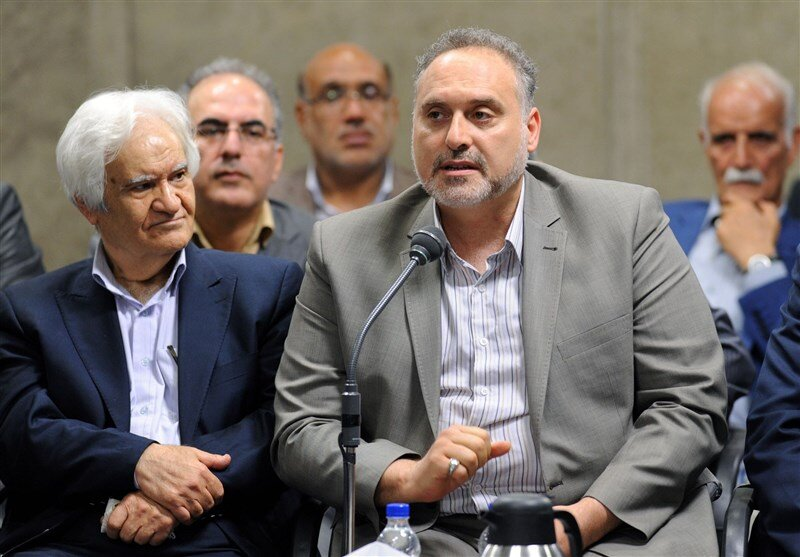 رهبر انقلاب، انگشتر خود را به افشین علا هدیه دادند/ عکس