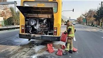 آتش سوزی اتوبوس در شهر ری باعث لغزندگی بزرگراه شد