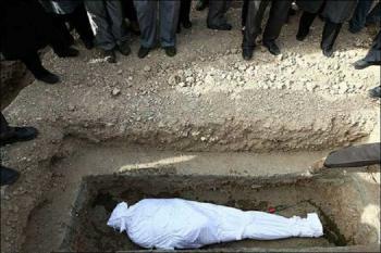 چرا میت را ۳ بار قبل از دفن به زمین میگذارند؟ +فیلم