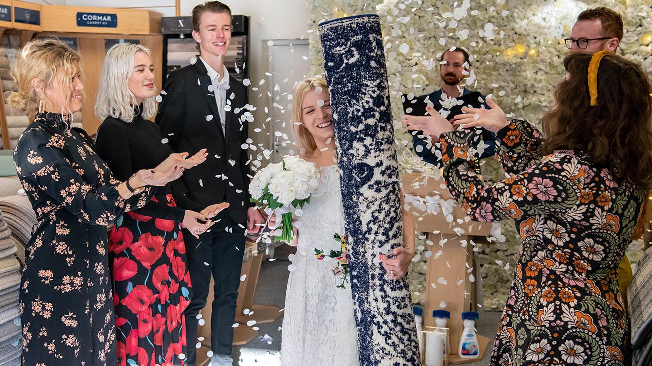 ازدواج جنجالی یک دختر با فرش ! + عکس