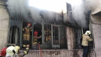 آتش سوزی در انبار لوازم یدکی خودرو در میدان گمرک