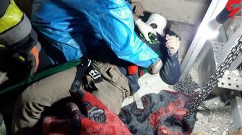 نجات کارگر سقوط کرده در چاه آسانسور در سپاهانشهر اصفهان