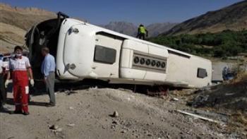 چپ شدن اتوبوس در شرق فارس ۱۰ نفر را راهی بیمارستان کرد