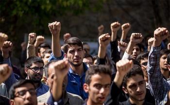 دانشجویان مقابل دفتر رئیس دانشگاه تهران تجمع کردند/ تصاویر