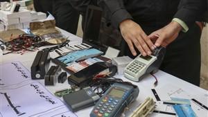 میوه فروشان اسکیمری بازداشت شدند / آنها از ۲۰۰۰ عابر بانک کپی گرفته بودند