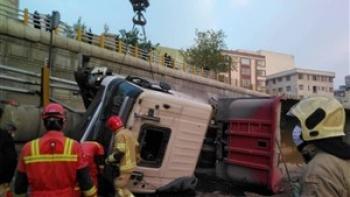 واژگونی تانکر بنزین مسیر اتوبان آزادگان اصفهان