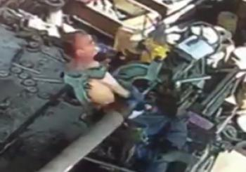 لحظه دلخراش گیر افتادن یک کارگر در دستگاه + فیلم(18+)