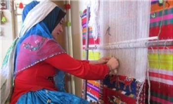 کار آفرینی برای 30 زن با گلیم و جاجیم بافی
