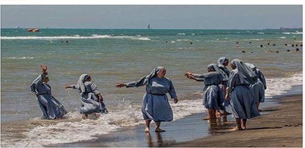 تصویر عجیب راهبهها پس از ممنوعیت لباس شنای اسلامی!