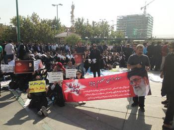 تجمع اعتراضی گسترده سهامداران پدیده شاندیز در مقابل مجلس