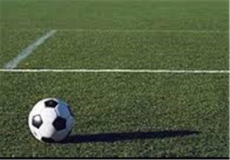 خواستگاری از کمک داور بازی در زمین فوتبال + تصاویر