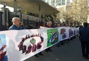 متقاضیان مسکن مهر مقابل بانک مرکزی تجمع کردند+ عکس