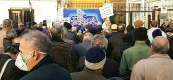 تجمع اعتراضی بازنشستگان پیش از موعد سازمان تأمین اجتماعی مقابل مجلس+تصاویر