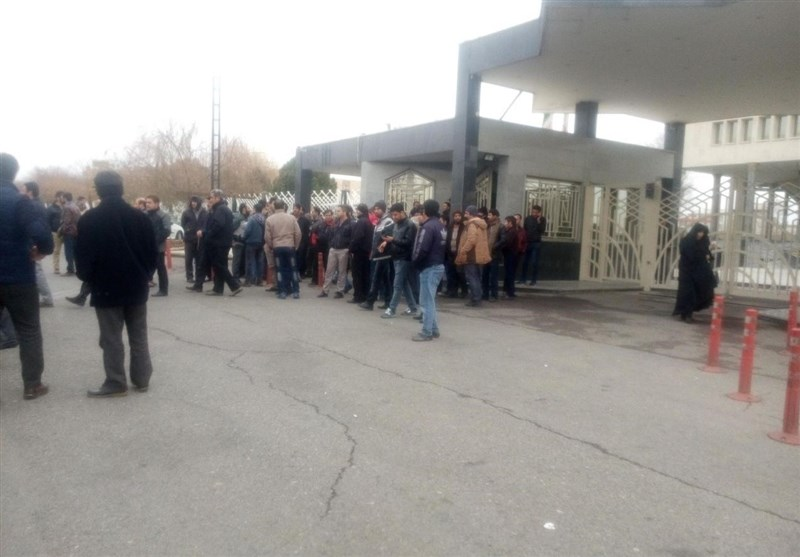 اعتصاب کارگران کنتورسازی در مقابل استانداری قزوین+ عکس