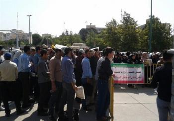 تجمع جمعی از بازنشستگان صنایع فولاد کشور مقابل مجلس+عکس