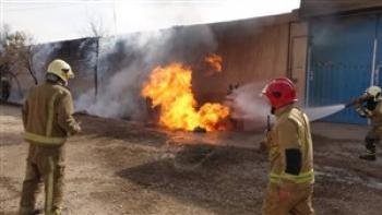 آتش سوزی در کارگاه صنعتی در تهران/ ۳ آتش نشان مصدوم شدند