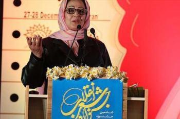 بوسه افتخار شاعر زن سوری بر «پرچم ایران» +عکس