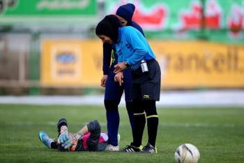 حضور پزشک با حجاب کامل در بازی فوتبال بانوان+تصاویر