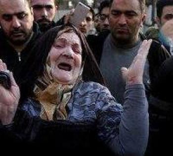 اشکهای مادر آتشنشانان دوقلویی که یکی نجات یافته و دیگری زیر آوار مانده + عکس