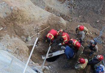 نجات معجزهآسای کارگر پس از سقوط در چاه ۲۰ متری + تصاویر