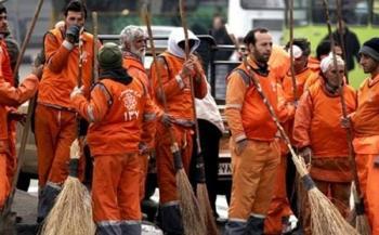 کارگران سفره خالی خود را مقابل شهرداری پهن کردند