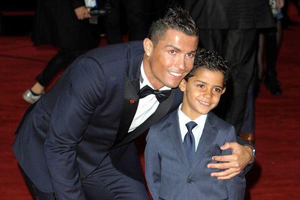 ستاره مشهور فوتبال بدون همسر صاحب دوقلو می شود