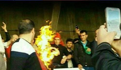 آتش زدن پرچم پرسپولیس و توهین به مرحوم هادی نوروزی در تبریز (+عکس)