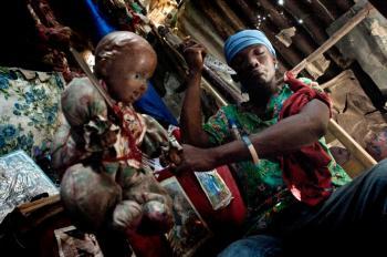 آئین عجیب رایج در میان مردم هائیتی + تصاویر(18+)
