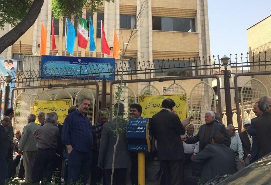 تجمع اعتراض آمیز بازنشستگان فولاد در اصفهان/ کارگران: دستگدایی به سوی دولت دراز کردیم