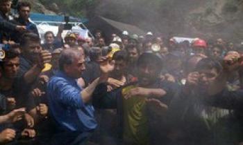 فیلم جدید از حمله معدنچیان خشمگین به خودرو حامل روحانی