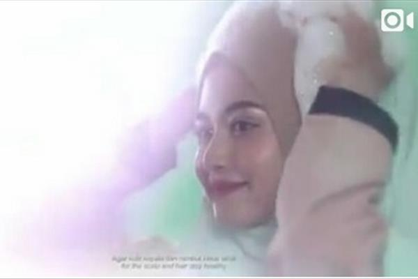 تبلیغ شامپو توسط زن محجبه از روی مقنعه!!!+عکس