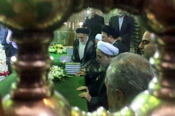 روحانی به امام راحل ادای احترام کرد