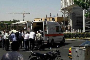 انتقال شهدا و مجروحان حادثه تروریستی مجلس به بیرون از ساختمان شروع شد