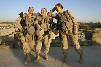 انتشار تصاویر برهنه سربازان زن نیروی دریایی آمریکا/هدیه منحصر به فرد برای یکی از سربازان
