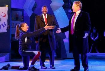 اجرای یک تئاتر به علت شباهت بازیگر به رییس جمهور متوقف شد+عکس