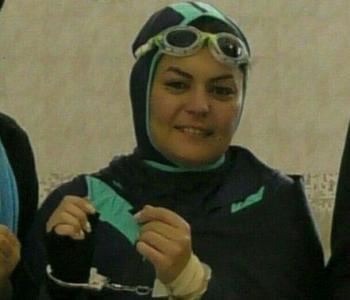 زن ایرانی رکورد شنا با دستان بسته را در دنیاشکست+عکس