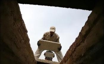 مرد زرندی زنده از قبر بیرون آمد! + فیلم