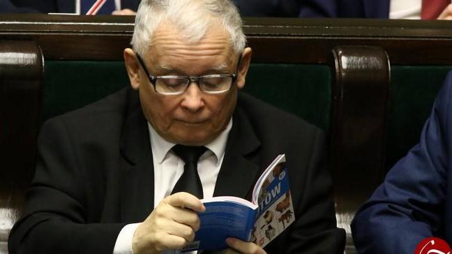 اقدام عجیب یک نماینده در جلسه پارلمان! +عکس
