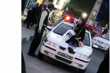 عکس/دختری که روی کاپوت خودروی نیروی انتظامی نشست +توضیحات ناجا