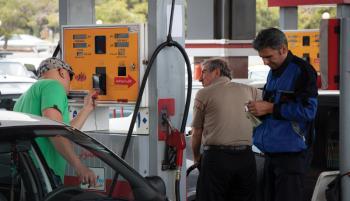 نرخ بنزین ۱۸۰۰ تومانی چقدر واقعیت دارد؟/ قیمت واقعی بنزین دو هزار تومان است