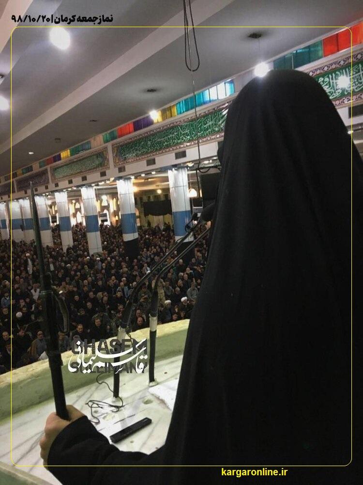 عکس/دختر جاج قاسم در نماز جمعه کرمان با اسلحه سخنرانی کرد