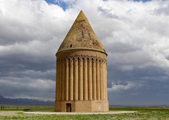 سفرنامهی ناصرالدینشاه به خراسان، چهارشنبه ۲ مرداد ۱۲۴۶؛ امروز باید رفت رادکان، در سر راه گنبدی بود مخروطی بلند بزرگ