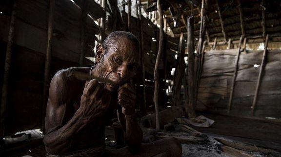 زندگی مردم قبیله دورافتاده که آدمخوارند! +تصاویر عکاس ماجراجو