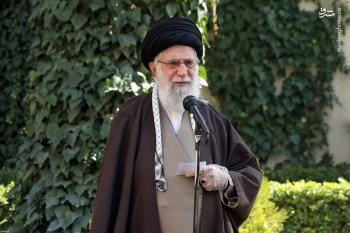 اقدام معنادار رهبر انقلاب هنگام کاشت نهال