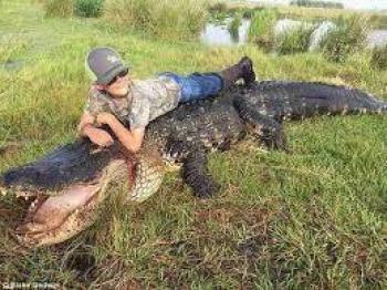 تمساح بیچاره در دام سه پسر شیطانی قرار گرفت+عکس